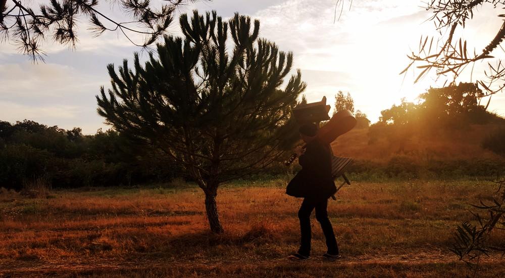 Ola Portugal: Schemel, Stuhl und Gitarre